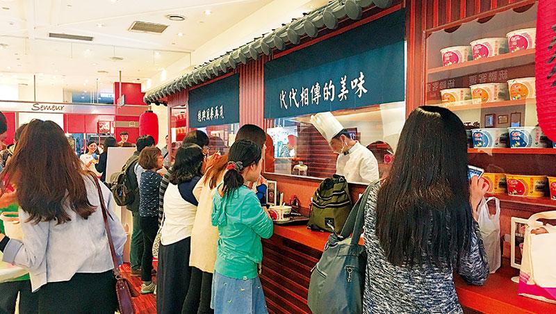 統一日前開的泡麵立食店,每天都吸引近百人上門嘗鮮。
