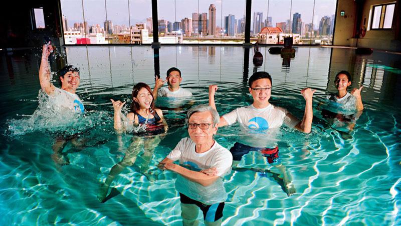 鄰近台中七期的空中潛水池,歷時5 年完工,由體育界雙人組洪進山(中)與王景平(右2)聯手打造,開幕當天,兩人更首度在水中拍照。