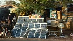 在布吉納法索街上,買太陽能板比買牛肉還容易!但為什麼太陽能發電,在西非發展不起來?