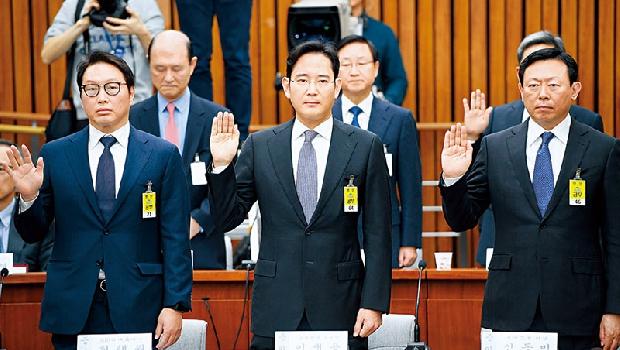 「不清楚」、「記不得」,李在鎔(前排中)在聽證會頻頻閃躲質問,卻不能讓他免於牢獄之災。