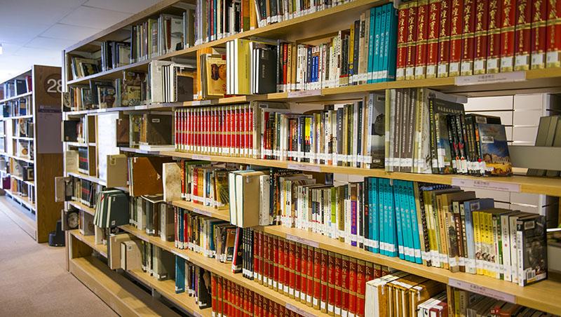 每年從圖書館借7294本書,是「閱讀楷模」嗎?沒救了,政府連讀書都「重量不重質」