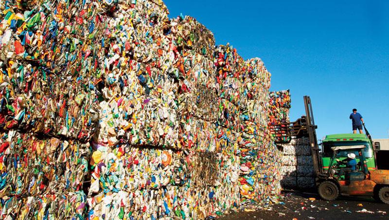 大豐將廢塑膠瓶堆成兩層樓高的瓶磚再清洗處理。儘管它是台灣回收王,但與中國企業的合資廠卻因未獲當地政府支持,去年黯然退出。