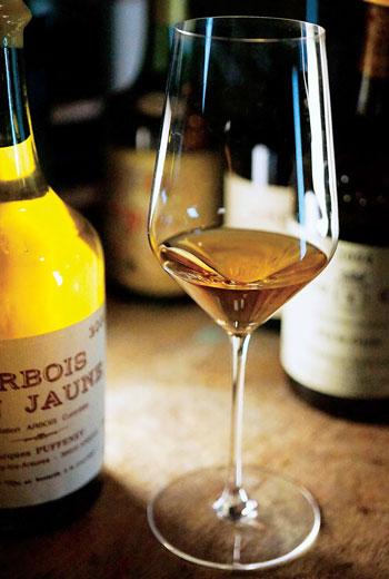 黃葡萄酒甚至連瓶子與容量都與眾不同,專有的瓶子稱為Clavelin瓶,比標準瓶750ml的容量還少,只有620ml,反映了一部分黃葡萄酒在培養時的損耗。