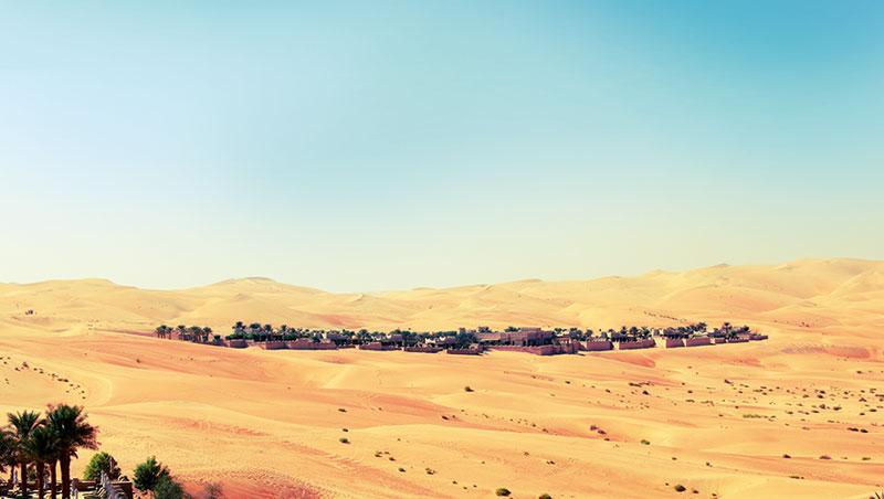 從蓋斯爾阿薩拉主館區遠眺皇家行宮泳池別墅群,宛若一處藏於沙漠中的貴族別宮宅院,遺世獨立,奢華靜謐。
