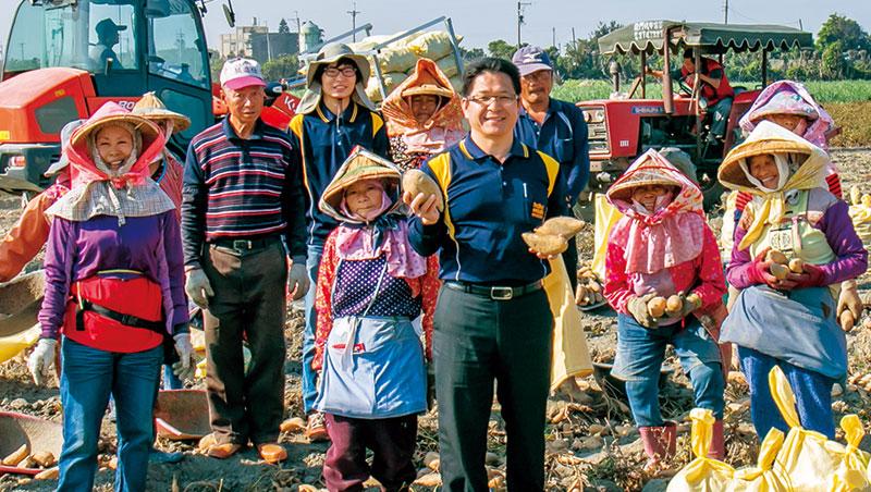 黃榮清(右5)帶領上百戶地瓜契作戶走出台灣,讓彰化地瓜揚名星港的高價市場。