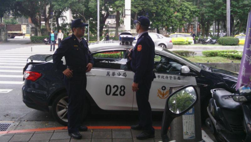 警察要求看個證件就被砲轟...大家摸著良心說:台灣是個警察國家嗎?