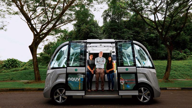 南洋理工大學打造全新加坡第一個無人車試驗場,裡頭模擬真實駕駛環境,所有要在新加坡試駕的無人車,都要通過這關。圖為無人車測試與研究工作團隊,中間者為計畫主持人波爾。