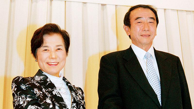 她,是名副其實的「派遣女王」,日本第二大人力資源商天普控股創辦人,篠原欣子(圖左)。