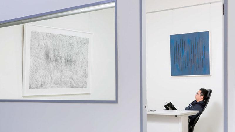 採訪前一週黃麟才換擺了一批作品,位於二樓的個人辦公室也是全新隔間,又多一處展示蒐藏。