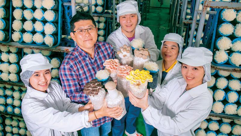方世文( 左2) 開發獨家菌種,商業化品種逾10 種,包含少見的粉紅玫瑰菇、杏香菇等獨家產品,還與亞洲大學合作量產香水銀耳。
