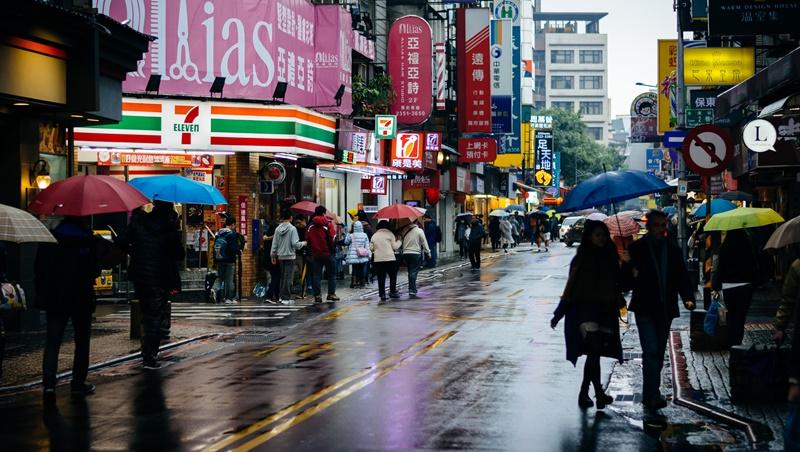 上班恐遇大雨,騎車開車都要注意!全台雨勢及周末天氣,一次告訴你