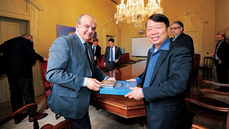 在拜訪義大利市長公開場合,朱志洋不忘把擴大當地就業功勞歸給他的義籍幹部。