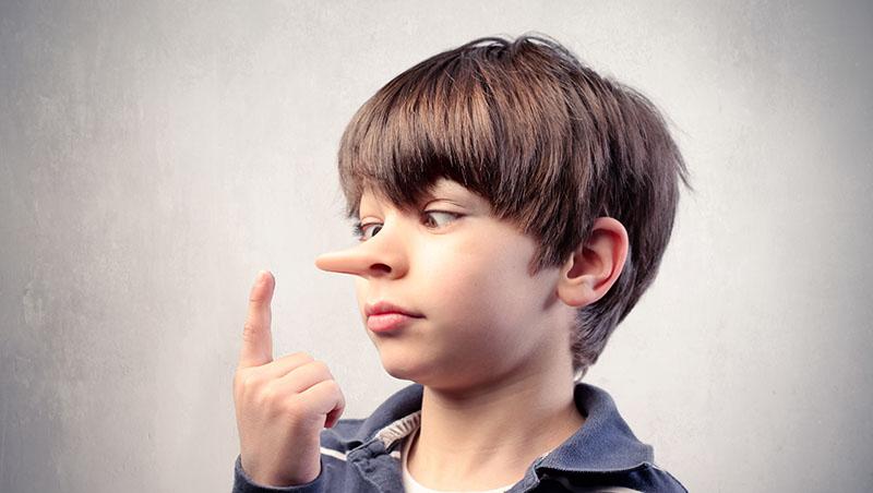 以手遮口、玩弄物品、說話速度變慢...國際犯罪學專家教你:5個方法分辨小孩是不是在說謊