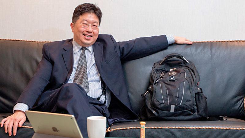 楊應超打開大賣場買的背包、拿出平板電腦,向我們展示的不是股價線圖,而是網友對他文章的看法。