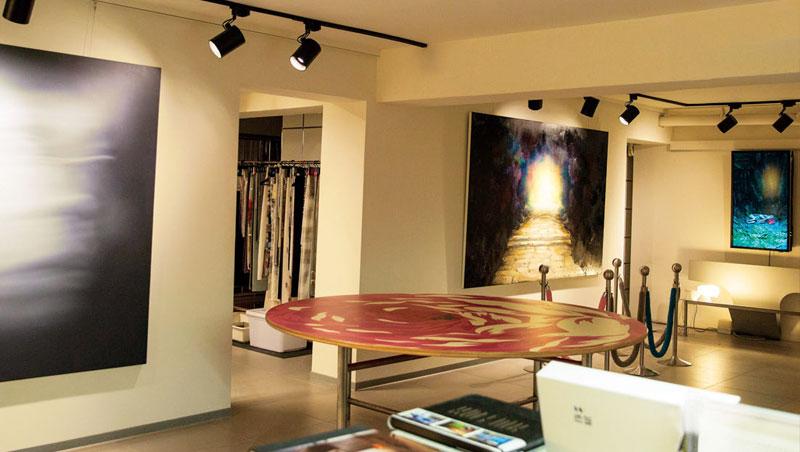 事務所地下層一角,形式媒材各異的藝術品,不僅在工作中激蕩同仁腦力,也能適時提供心靈慰藉。