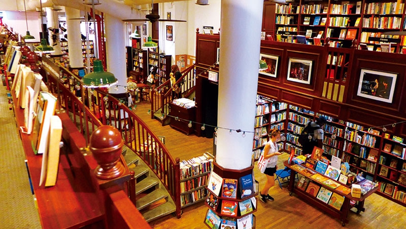 Housing Works Bookstore C a fe老建築在歲月積累下有濃濃文藝氛圍。