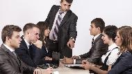 「明明一樣是同事,卻愛表現像主管」你也遇過這種人嗎?4招教你保障自己的發言權