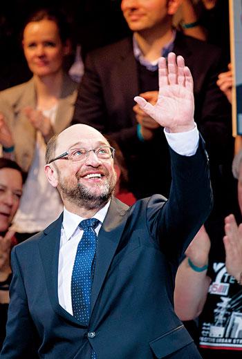 今年一月舒爾茲才卸下歐洲議會主席,「旅外」二十三年的他空降德國政壇不到三個月,聲勢就反超已當十一年總理的梅克爾,他的崛起可歸因於三字:反、網、移。