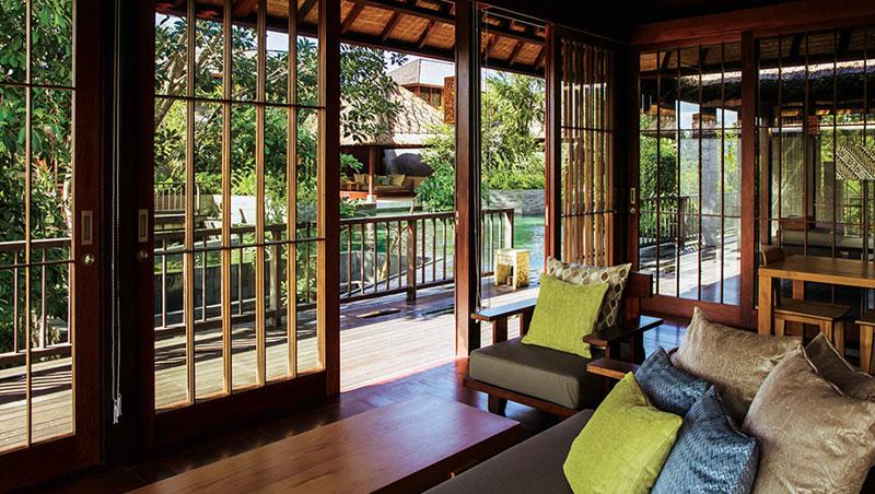 虹夕諾雅系列皆由日本建築師東利惠設計。她拜訪峇里島印度教寺廟與村落民家,設計出擁有傳統茅草屋頂、河水流經的建築,卻仍保留了日式元素與星野美學,例如這個日式拉門。