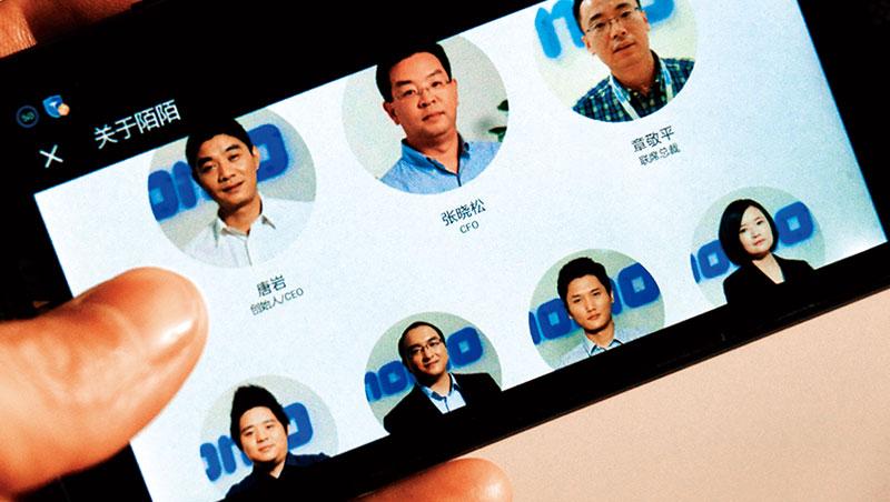 唐岩的高度爭議性,讓網路上幾乎沒有他的授權照片,只能在陌陌官網中找到一張露臉照。