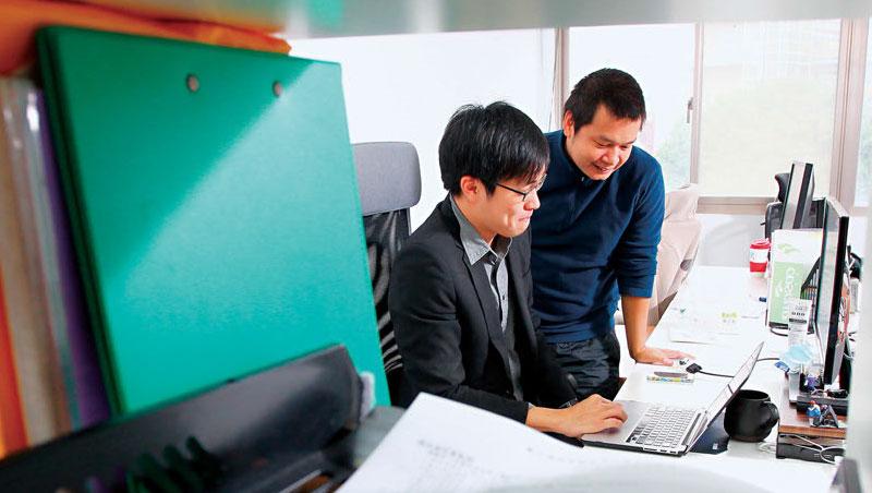 夾在民間要求與龐大老舊的國營企業、政府之間,彭盛韶(左)跟江明宗(右)兩個資訊背景的七年級生形容自己的處境:「不要掛掉就好!」