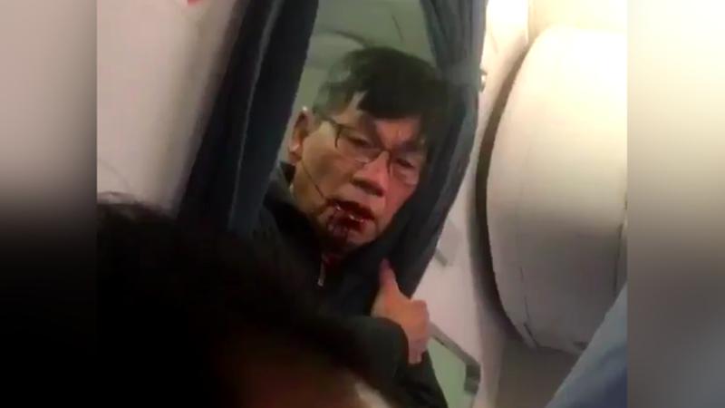 一半乘客跟著下機抗議、全機被趕下機重登機...華裔醫師被拖走後,還發生這些荒謬事