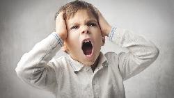 小孩大吼大叫就讓步,母親的教養底線從此失守...一個小孩在餐廳打翻沙拉的啟示