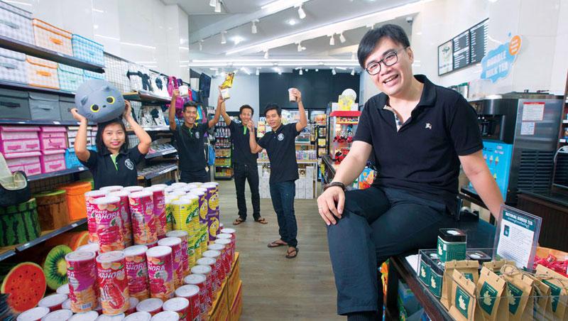 De Mart 計畫進軍第2 大城曼德勒,梁瑋鈞(右1)建立信任文化,讓員工離職率不到1 成,是擴張的關鍵。新開的分店店長(右2 ),就因他的幫助留在仰光。
