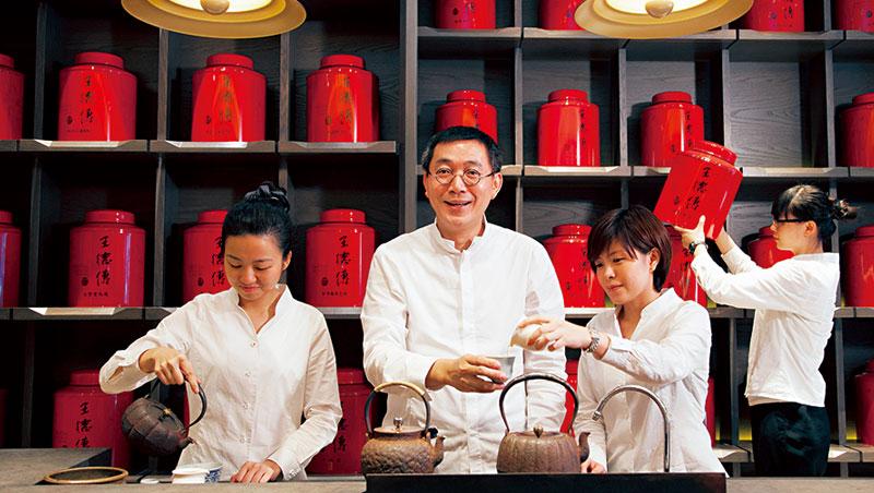 155年歷史的王德傳茶莊,招牌的紅色茶葉罐極具鑑別度,目前已擴點至香港和中國。