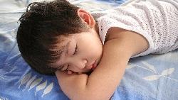跟寶寶分房睡還是同睡好?國外育兒科學研究:跟父母睡到●歲最健康!