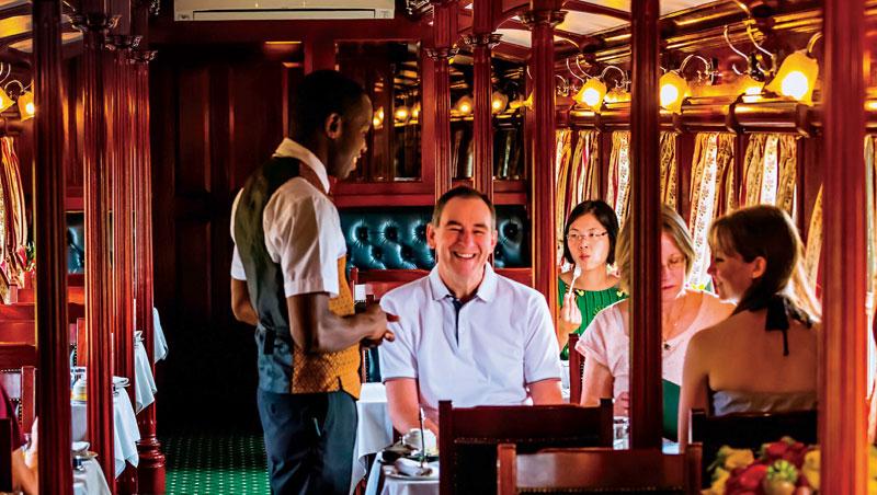 南非商人羅漢•沃斯蒐集骨董車箱,交由工匠修復,改造為非洲之傲豪華列車。木質車廂、水晶吊燈與復古桌椅,宛如走進時光隧道。