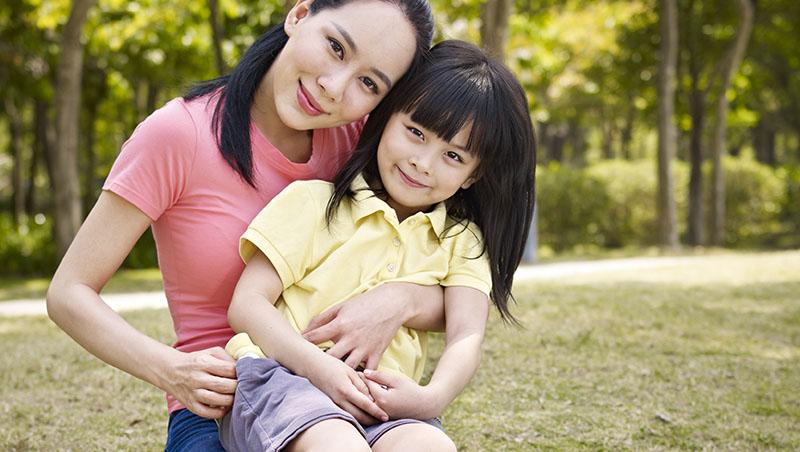 美國研究:骨質疏鬆、心臟病、憂鬱症...媽媽患有這10種疾病,容易遺傳給女兒