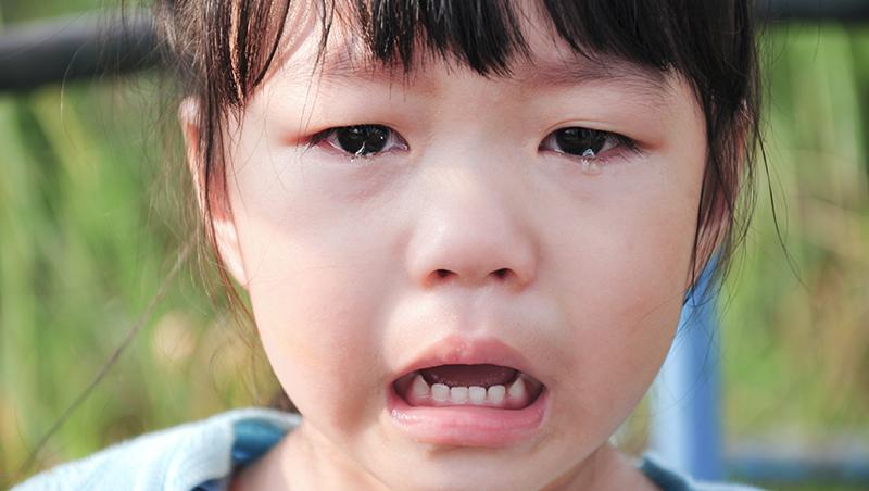 你是家人還是客人?》女童淚崩影片的啟示:別讓孩子活在「我不乖爸媽就不愛我」的陰影中