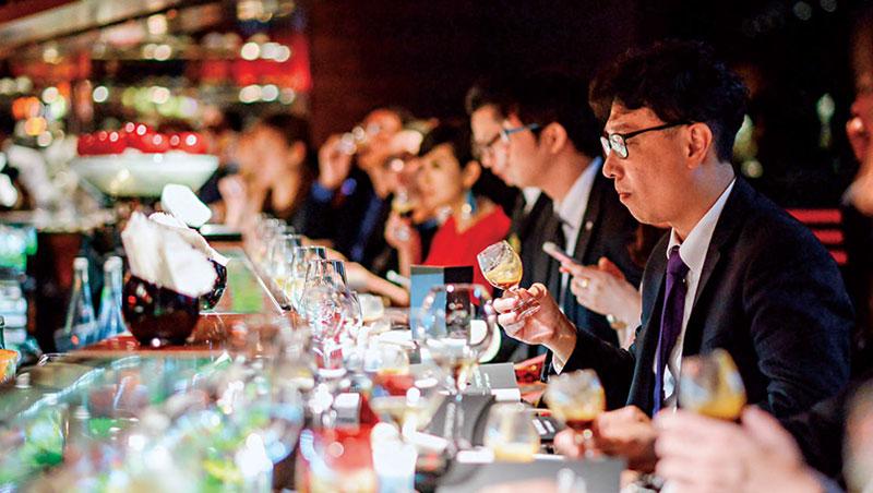 Nespresso 的「主廚晚宴」串聯全球米其林星級主廚專業人脈,並將咖啡裝進玻璃高腳杯內當成紅酒品嘗,藉名廚來推廣品牌。
