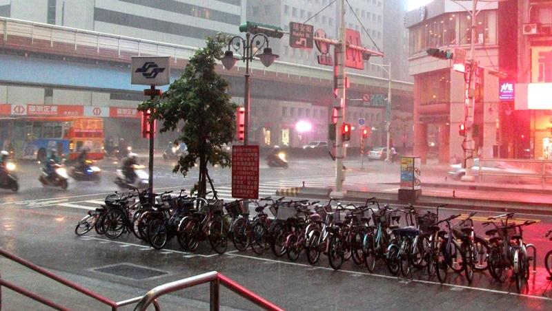 好天氣掰掰,降溫10度!雨傘外套不能少,上下班恐遇大雨