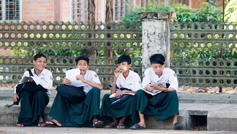 改革開放後,緬甸推行高等教育,讀書成為從底層向上爬的途徑。這天,學生在上課前K書,他們臉上塗著黃香木粉,是當地人人愛用的防曬品。