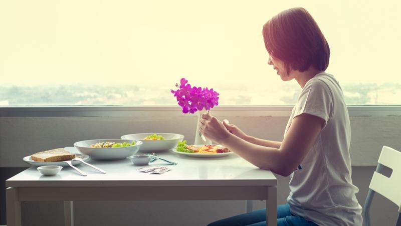 朋友成雙成對,要獨自出席吃喜酒...一個25歲女生的煩惱,告訴你為何獨處是很棒的事情