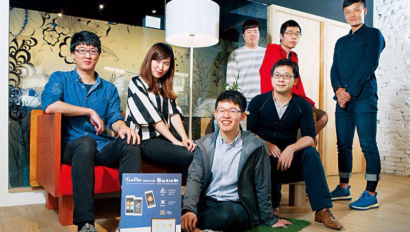 快速切入Apple Pay 生態圈的 莊凡頡(左3),領軍團隊平均年僅26 歲。