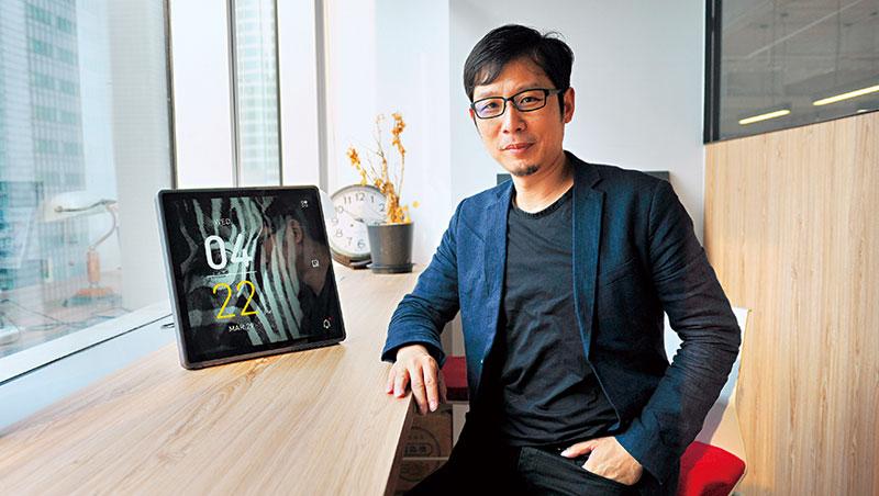 謝榮雅秀出與鴻海合作的智慧時鐘TIME,藉由它將可串聯、操縱其他智慧家電。