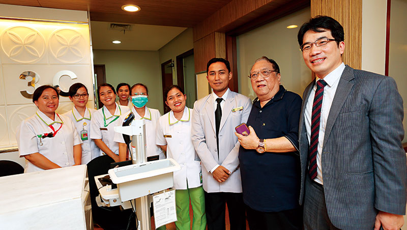 這一間時常遇見印尼親子,提供高級產婦服務的雅加達高級私人醫院,也是許耿豪(右1)客戶。其前院長李本華(右2)創院時曾赴長庚醫院取經。