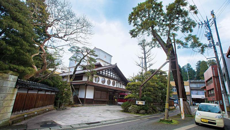法師旅館從建築到造景都是歷史,正門口的這棵黃門杉是300多年前加賀藩藩主前田利常入住時,親手種下的。