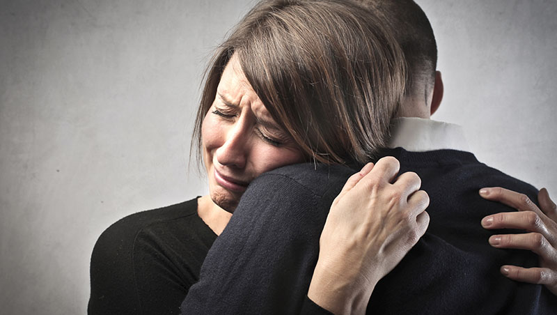 安慰喪親的朋友,好難?除了「你要保重」...諮商心理師:說「這一句」就夠了