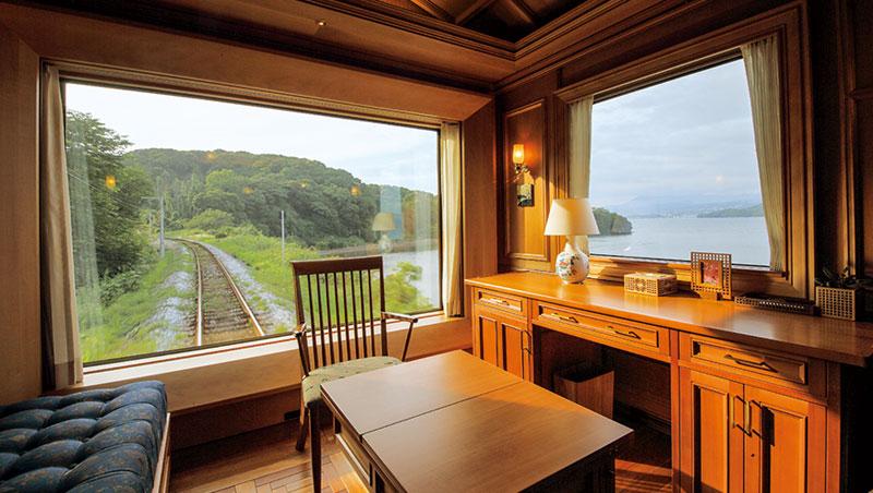 九州七星最頂級套房701擁有絕佳窗景。據入住旅客透露,沿途日本當地居民常招手以示歡迎,更有火車迷拿攝影大砲等候在月台,希望把握機會捕捉九州七星。