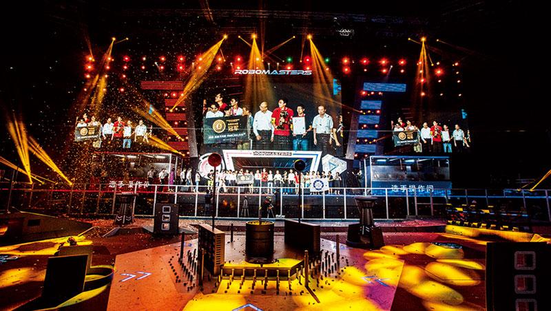 這是每年RoboMaster 總決賽現場,舞台設計和節目製作比照世界規格,該比賽去年吸引7千名參賽者報名,在線直播觀看達600 萬人。