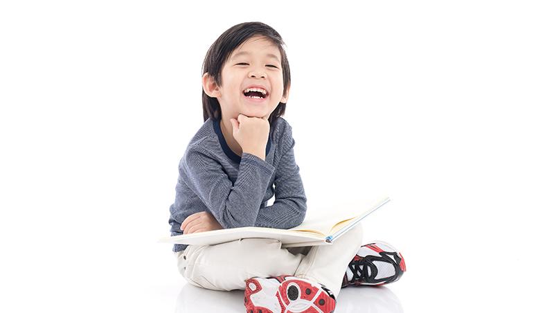 小孩看到別人被處罰,竟然哈哈大笑?以色列研究:這跟「善良」無關,而是因為...
