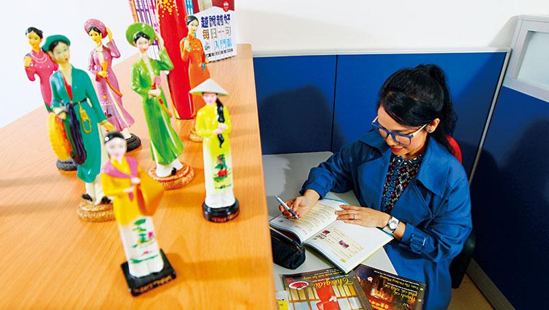 剛搬家的台灣越藝協會辦公室還空蕩蕩,只有幾張辦公桌,但陳凰鳳已經擺上象徵家鄉的越南人偶,為新一季的課程做足準備。