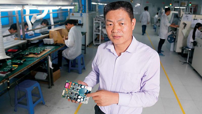 瑞邦環球執行長肖行政(圖)深圳第一份工作,即在台資工廠代工遊戲機,如今接起創客單,不但毛利率提高,客戶數也從50 家變2,000 家。