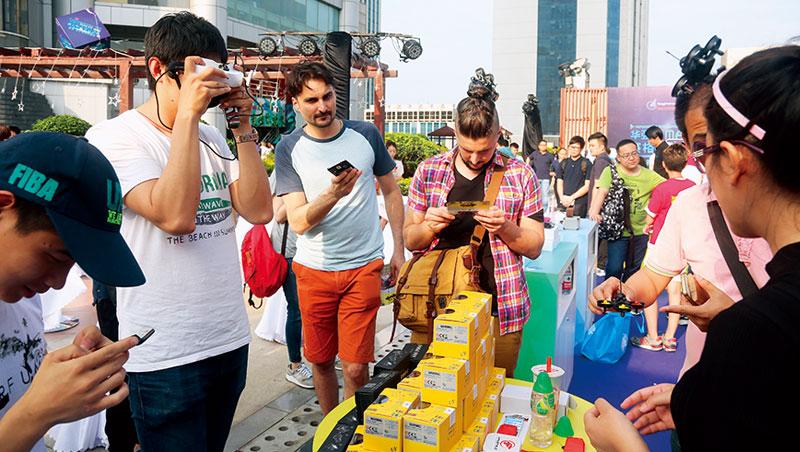 週末下午,來自各國創客齊聚華強北賽格廣場,一邊參展、一邊找資源,想辦法讓創投看見。