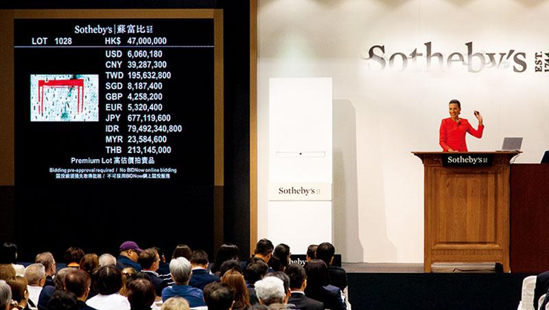 擅長將玻璃珠黏滿各種物件的日本藝術家名和晃平,根據韓星T.O.P的單曲造型製作了〈Pixcell-T.O.P (Doom Dada)〉,是#TTTOP拍賣中最受粉絲追捧的物件。(此拍賣畫面為示意圖)