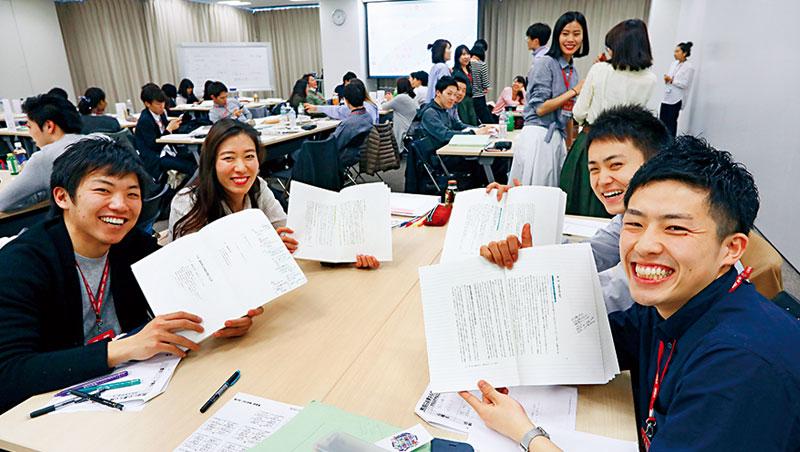 優衣庫員工不分國籍,大約1 萬人擁有這本翻譯成8 國語言的《經營者養成筆記》,是每個儲備幹部必須反覆熟習、實踐的重要一課。